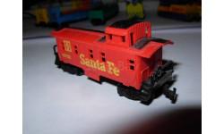 бригадный вагон-CABOOSE американской дороги Santa Fe 1/160 N 9mm Aurora Мексика