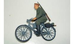 1/35 Немецкий солдат на велосипеде (Tamiya) собранная модель