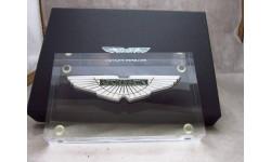 Пресс-папье Aston Martin - официальная эмблема на акриловом блоке