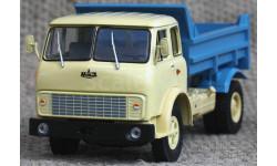 МАЗ-5549 (1977 г.в.) самосвал_ кремовая кабина, синий кузов _ НАП _ 1:43